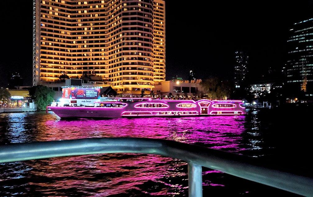 暗くなってきたチャオプラヤー川から眺める、ライトアップされたバンコク市内の景色