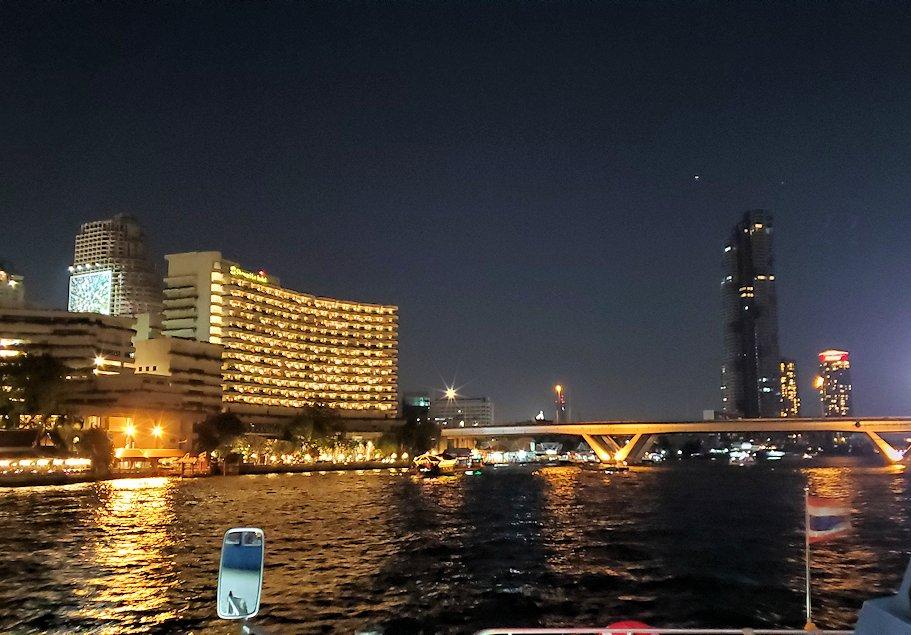 暗くなってきたチャオプラヤー川から眺める、ライトアップされたバンコク市内の景色-2