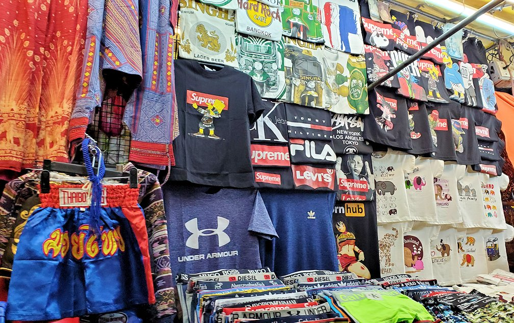 バンコク市内のパッポン通りで売られている物