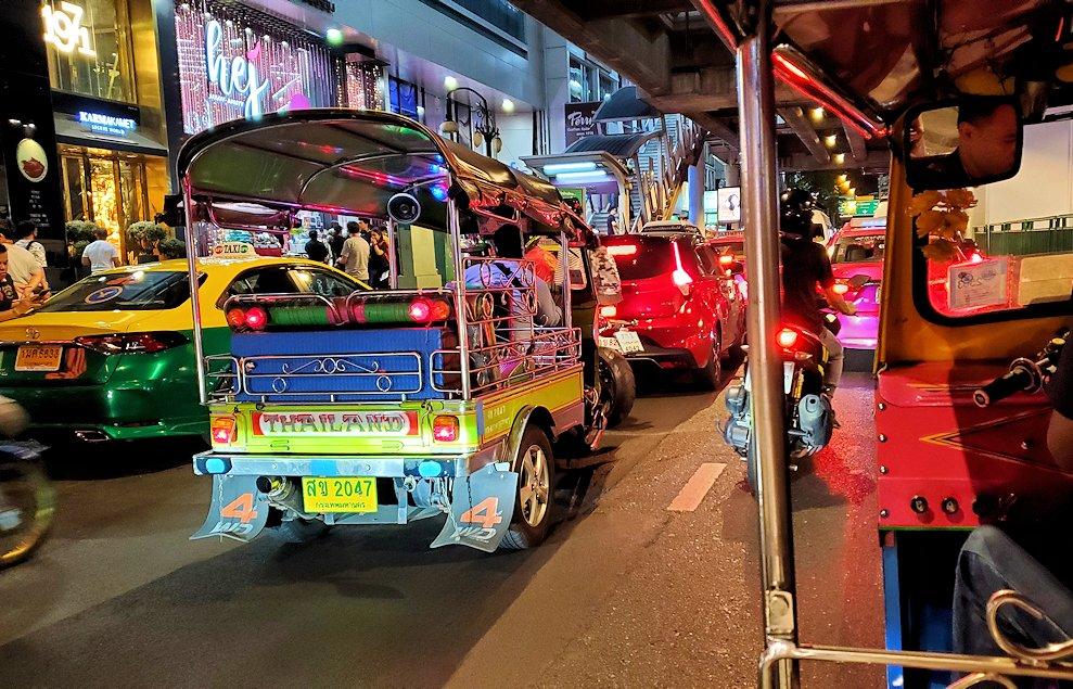 バンコク市内でトゥクトゥクに乗り移動する