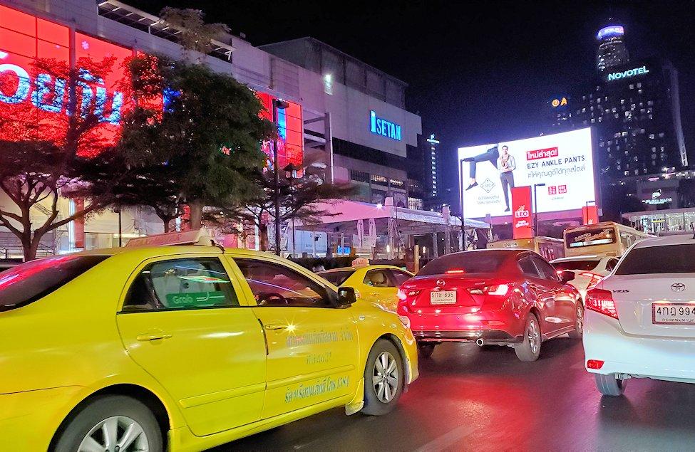 バンコク市内でトゥクトゥクに乗り移動する途中に見えた伊勢丹-2