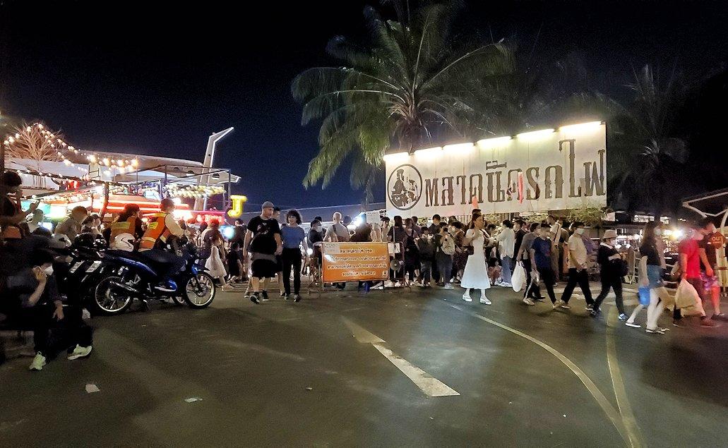 バンコク市内のラチャダー鉄道市場の入口