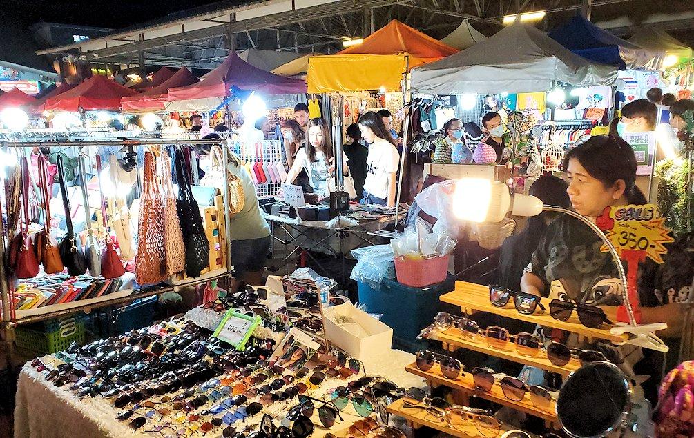 バンコク市内のラチャダー鉄道市場の賑わい
