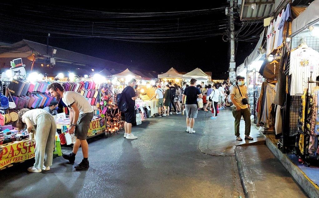 バンコク市内のラチャダー鉄道市場の賑わい-2