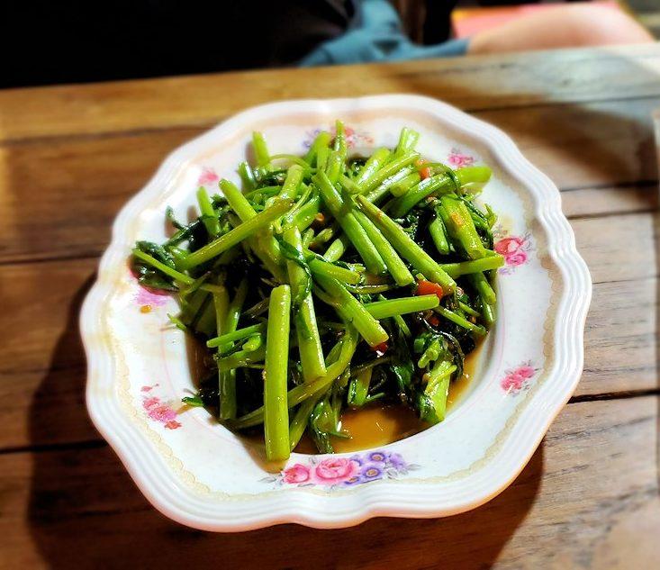 バンコク市内のラチャダー鉄道市場のレストランで夕食 空芯菜