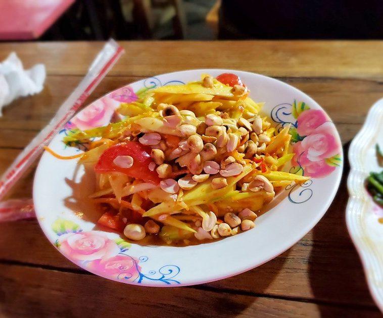 バンコク市内のラチャダー鉄道市場のレストランで夕食 マンゴー&ピーナッツ