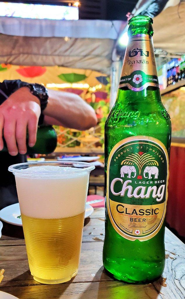 バンコク市内のラチャダー鉄道市場のレストランで夕食 チャンギビール