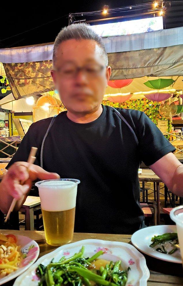 バンコク市内のラチャダー鉄道市場のレストランで夕食を食べます