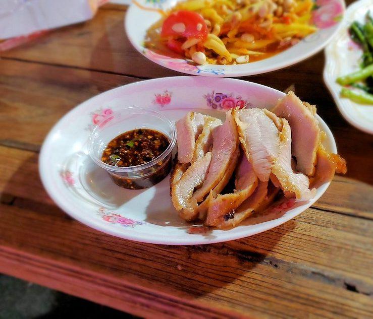 バンコク市内のラチャダー鉄道市場のレストランでチキンを食べます