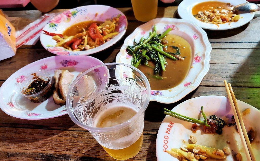 バンコク市内のラチャダー鉄道市場のレストランで夕食を食べます-2