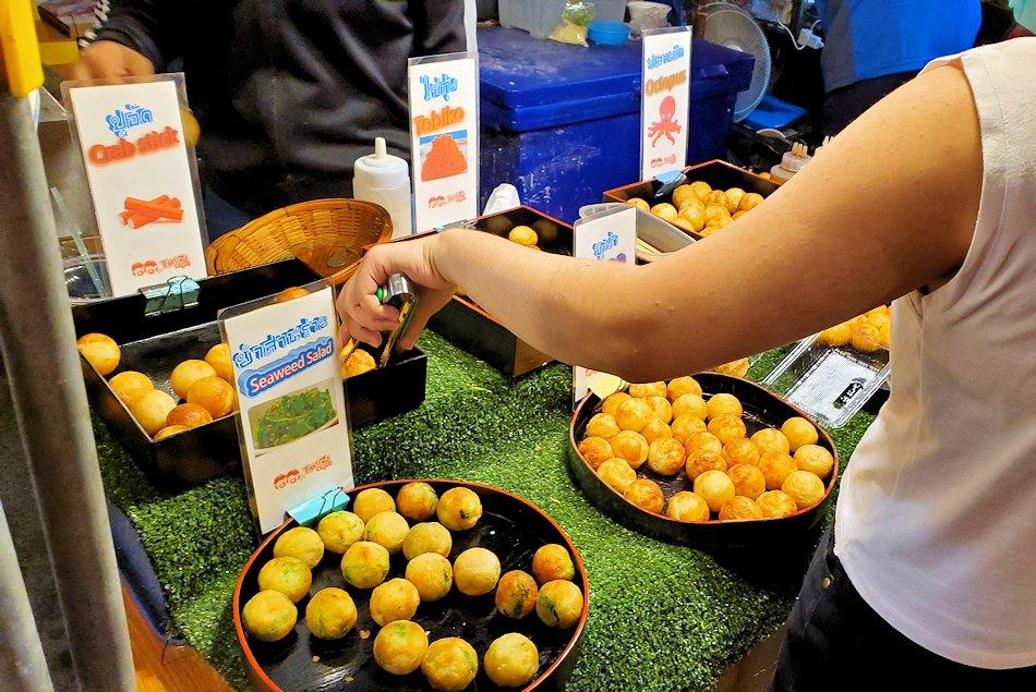 バンコク市内のラチャダー鉄道市場にある屋台の食べ物