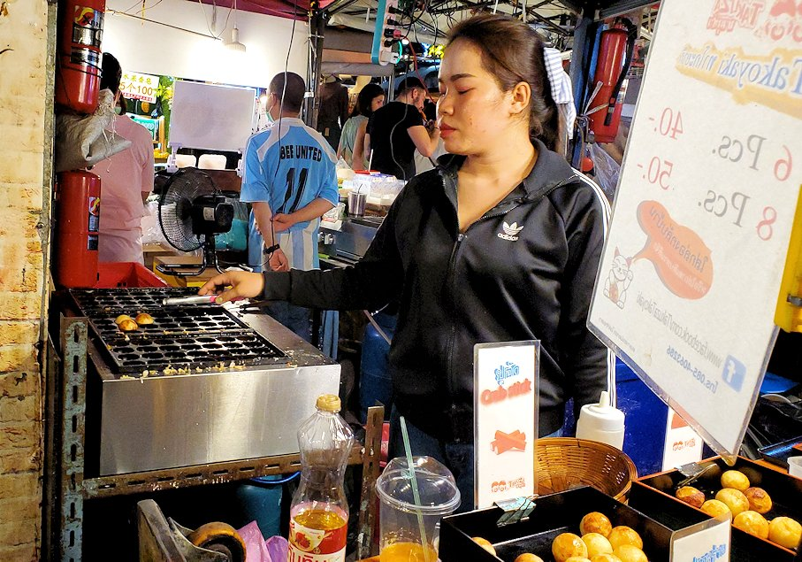 バンコク市内のラチャダー鉄道市場にある屋台の食べ物-2