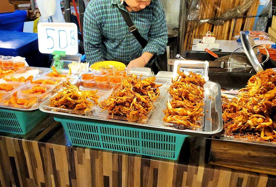 バンコク市内のラチャダー鉄道市場にある屋台の唐揚げ