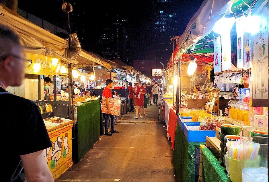 バンコク市内のラチャダー鉄道市場にある、立ち並ぶ食べ物の屋台