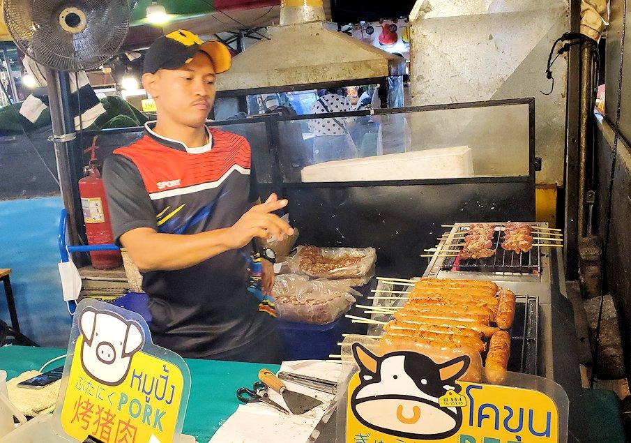 バンコク市内のラチャダー鉄道市場にある、立ち並ぶ食べ物の屋台にあったソーセージ