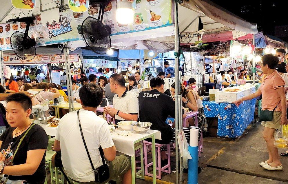 バンコク市内のラチャダー鉄道市場の屋台には大勢の人達が群がっていた