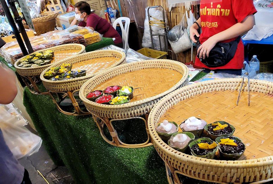 バンコク市内のラチャダー鉄道市場の屋台にあったスイーツ