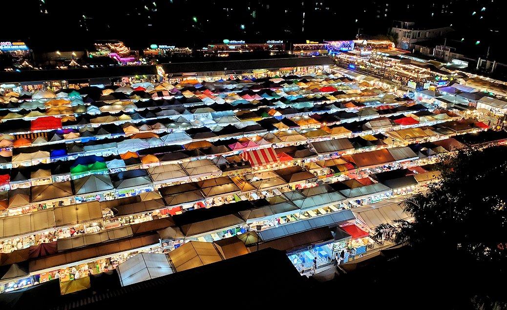 バンコク市内のラチャダー市場のテント群を上から眺める