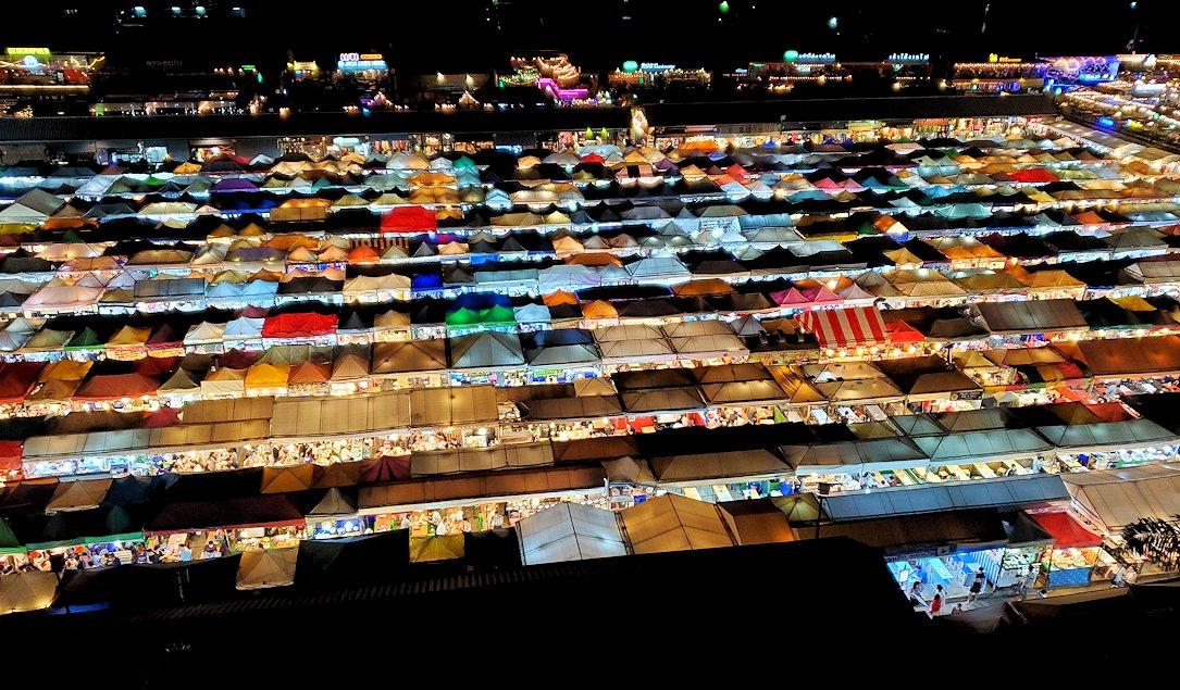 バンコク市内のラチャダー鉄道市場の夜景を、建物の駐車場から見下ろす-3
