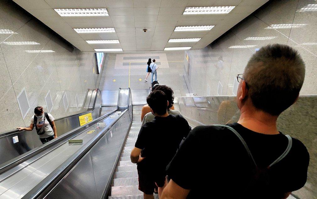 バンコク市内のラチャダー鉄道市場を後にして地下鉄の駅に向かう-2