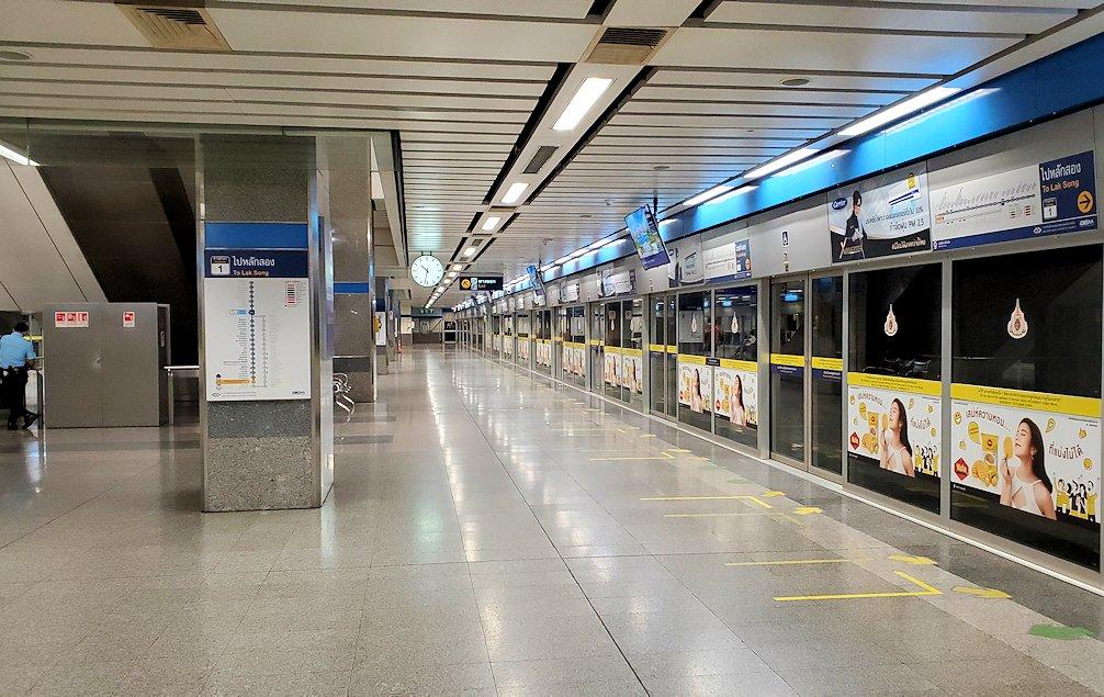 バンコク市内のラチャダー鉄道市場を後にして地下鉄の駅に到着-2