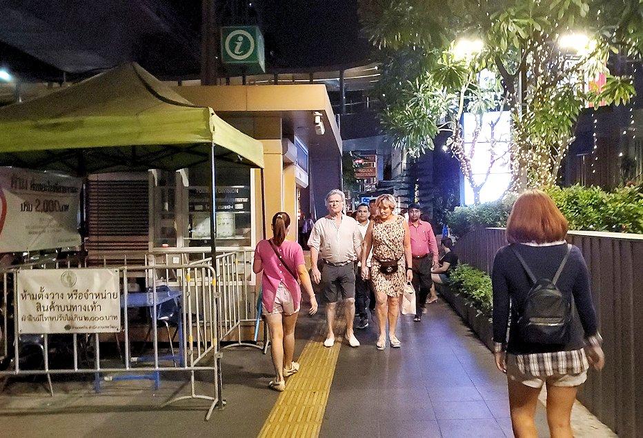 夜のバンコクでスクンビット駅からナーナー駅に向かって歩く途中