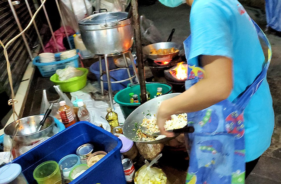 夜のバンコクでスクンビット駅からナーナー駅に向かって歩く途中に屋台でご飯を食べる