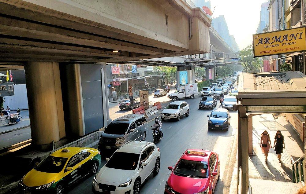 朝のバンコク市内の道路模様