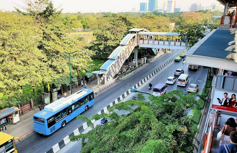 バンコク市内のモーチット駅に到着