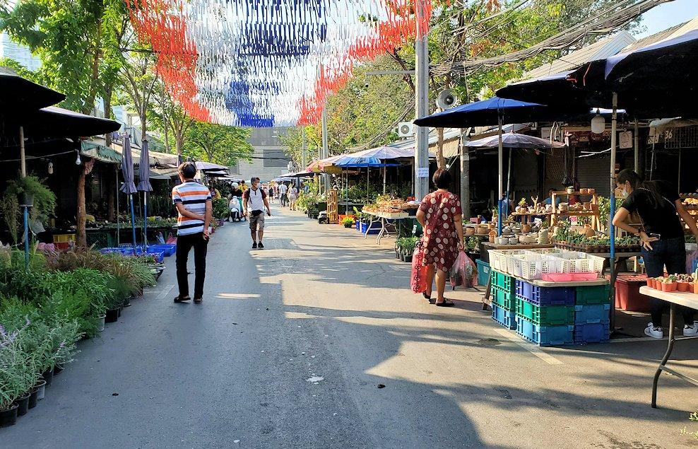 モーチット駅近くのチャトゥチャック市場の様子