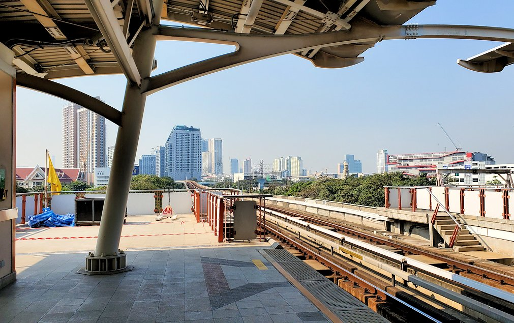モーチット駅構内の景色-2