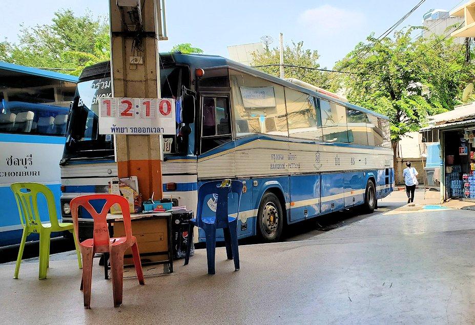 「エカマイ・バンコク東バスターミナル」でパタヤ行きのバスを待つ