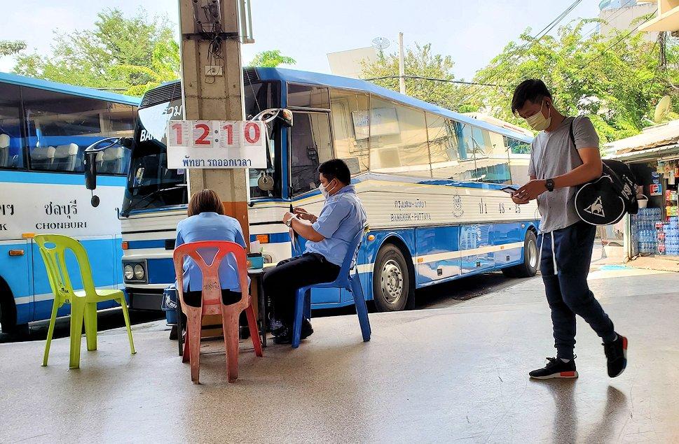 「エカマイ・バンコク東バスターミナル」でパタヤ行きのバスを待つ-2