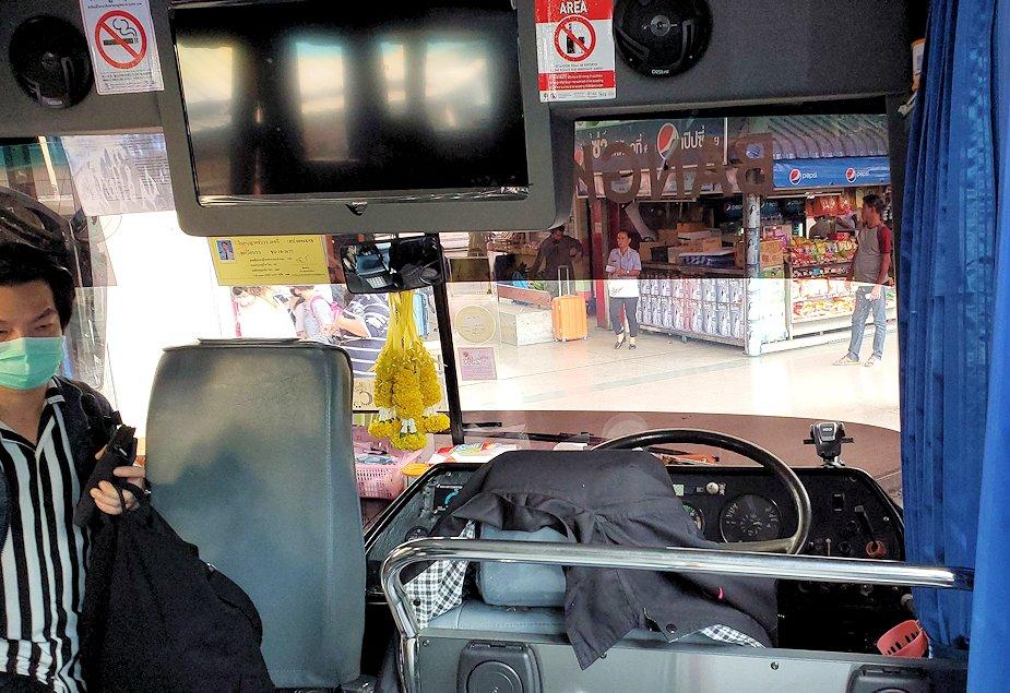 「エカマイ・バンコク東バスターミナル」から出るパタヤ行きのバスに乗り込む