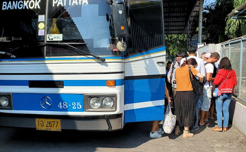 パタヤに到着したバス