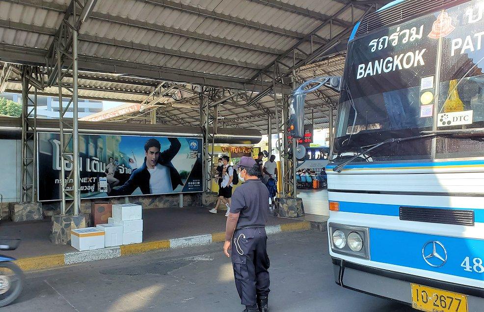 パタヤの街に到着したバス-2
