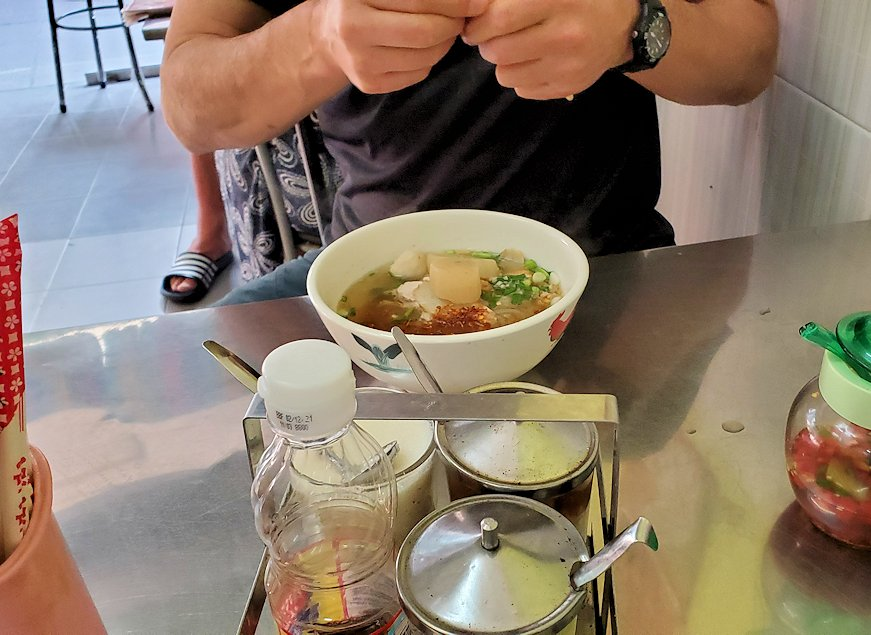 パタヤの街にある「シーナリー・ホテル」周辺の食堂で昼食を食べる