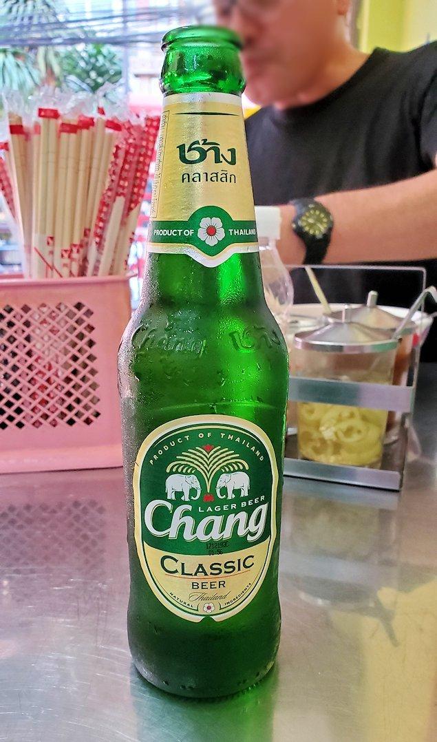 パタヤの街にある「シーナリー・ホテル」周辺の食堂でのチャンギビール