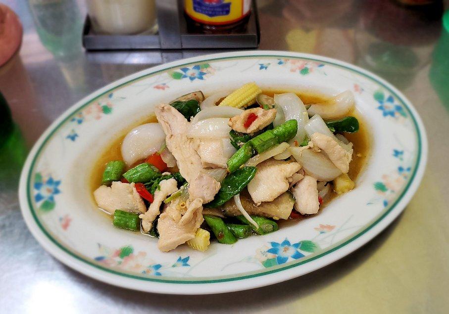 パタヤの街にある「シーナリー・ホテル」周辺の食堂で空芯菜を食べる