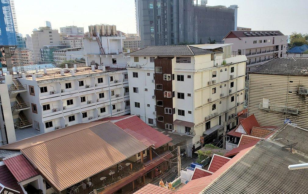 パタヤの街にある「シーナリー・ホテル」で宿泊した部屋から見える景色