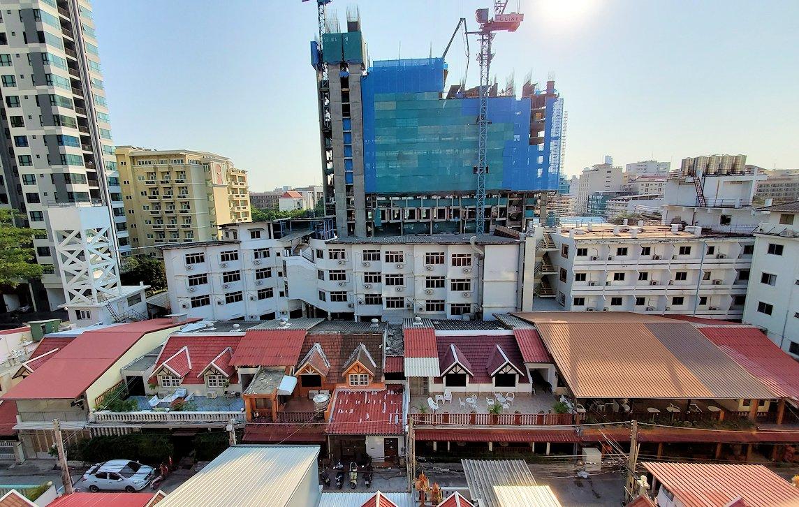 パタヤの街にある「シーナリー・ホテル」で宿泊した部屋から見える景色-2