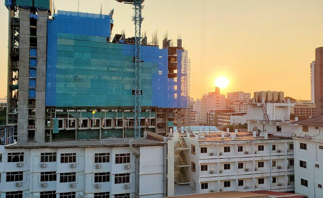 パタヤの街にある「シーナリー・ホテル」で宿泊した部屋から見えた夕焼け