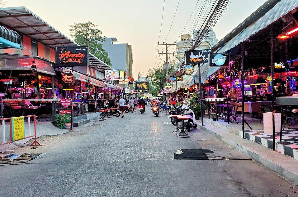 パタヤの街でも賑わうストリートを歩く