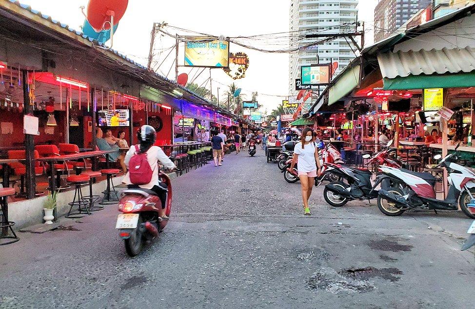パタヤの街でも賑わうストリートを歩く-2