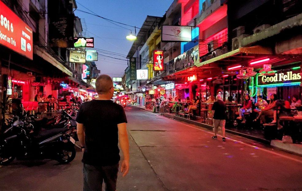 暗くなると俄然賑わうパタヤの街のストリートを歩く