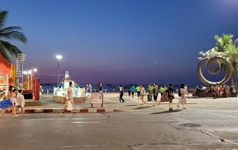 夕暮れ時のパタヤのビーチ沿いの道