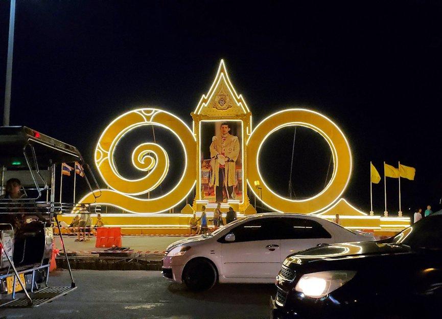 夕暮れ時のパタヤのビーチ沿いの道に置かれていた国王の写真