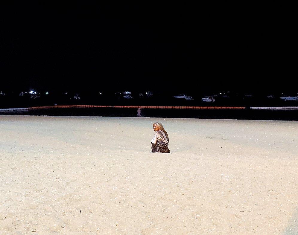夕暮れ時のパタヤのビーチ沿いでゆっくりする