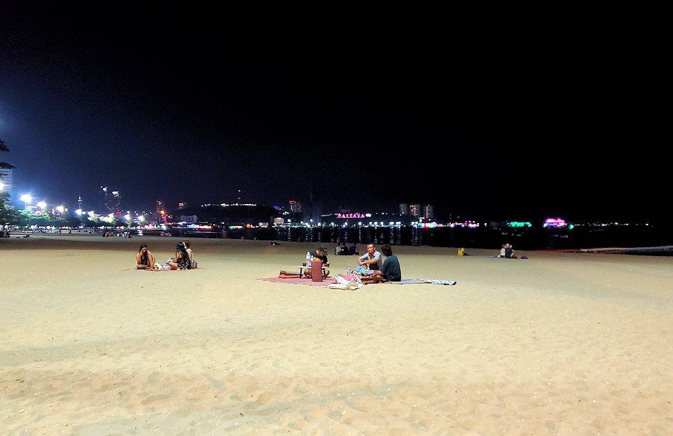 夕暮れ時のパタヤのビーチ沿いでゆっくりする-2