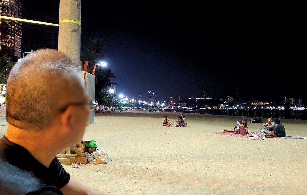 夕暮れ時のパタヤのビーチ沿いでゆっくりする-3
